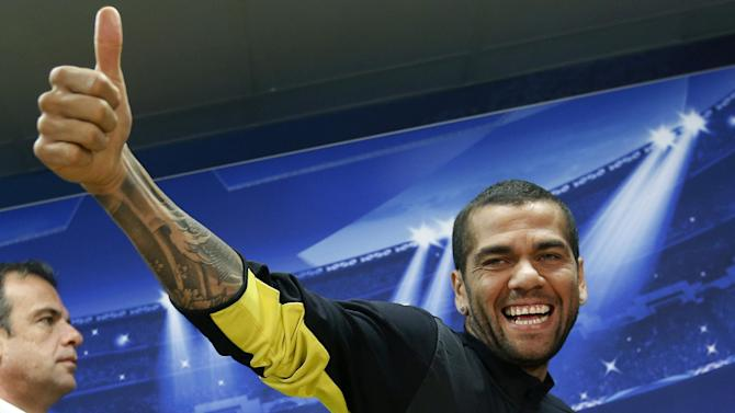 Liga - Dani Alves keen to remain at Barcelona