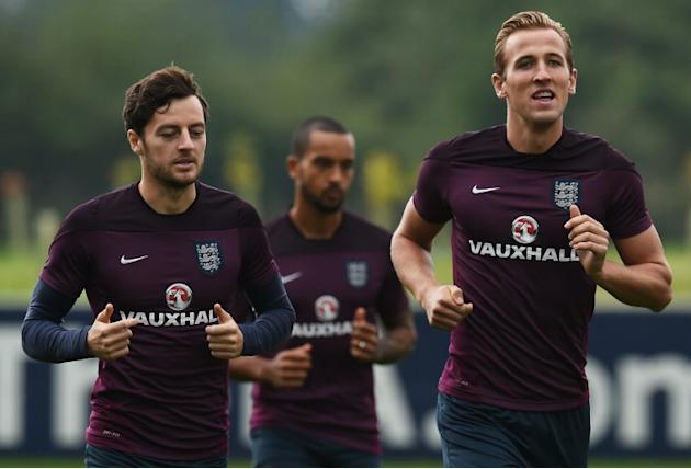England's Harry Kane (R) and Ryan Mason (L) train at St George's Park on September 2, 2015, ahead of their Euro 2016 Group E qualifying match against San Marino in Serravalle on September 5