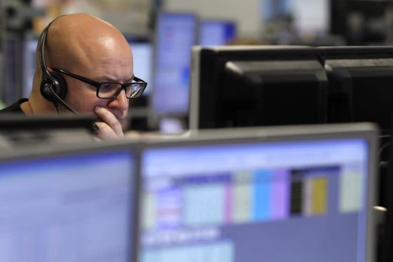 交易员在2010年1月22日在伦敦的交易大厅监控屏幕。路透社/ Stefan Wermuth /档案