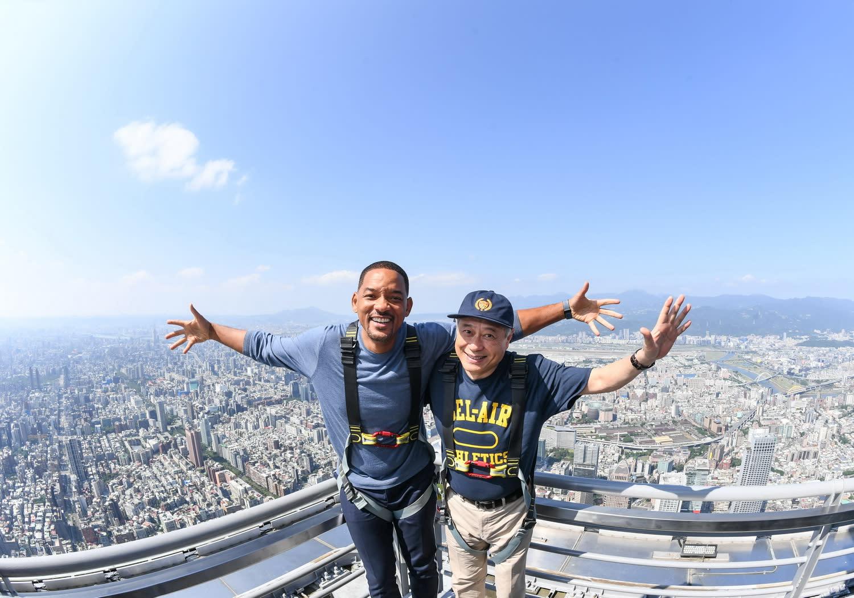 導演李安、製片傑瑞布洛克海默和男主角威爾史密斯還特別安排前往台北101觀景台最高樓層Skyline 460。【照片中拍攝姿勢經事前規劃安排,且全程有保全隨行,請勿模仿。】