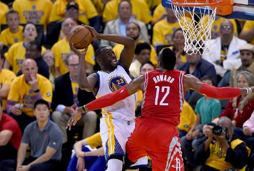 Draymond Green, de los Golden State Warriors, recibe una falta de Dwight Howard, de los Houston Rockets, en el segundo partido de la final de la Conferencia Oeste de la NBA el 21 de mayo de 2015 en Oa