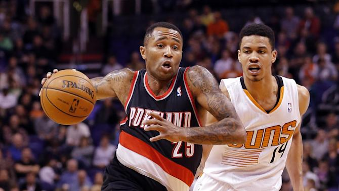 Portland Trail Blazers' Mo Williams (25) drives against Phoenix Suns' Gerald Green (14) during the first half of an NBA basketball game, Wednesday, Nov. 27, 2013, in Phoenix