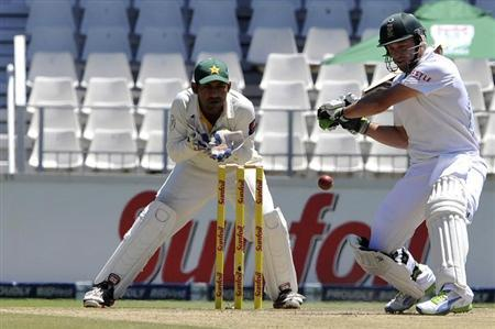 South Africa'S AB de Villiers plays a shot during the third day of the first test cricket match against Pakistan in Johannesburg