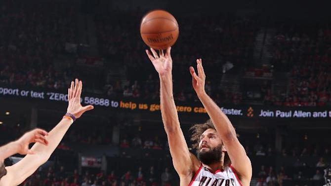 AP source: Knicks agree to deal with center Robin Lopez