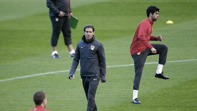 Atletico Madrid's coach Pablo Simone, centre, from Argentina, follows his team's training session at the Vicente Calderon stadium in Madrid, Tuesday, Nov. 5, 2013. Atletico Madrid will play against Austria Vienna in a Champions League group G soccer match on Wednesday. (AP Photo / Francisco Seco)