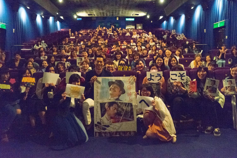 但這回Akira在台灣大給福利,讓粉絲們大飽手福與眼福,讓她們覺得即便花機票錢遠渡重洋而來都值得了。