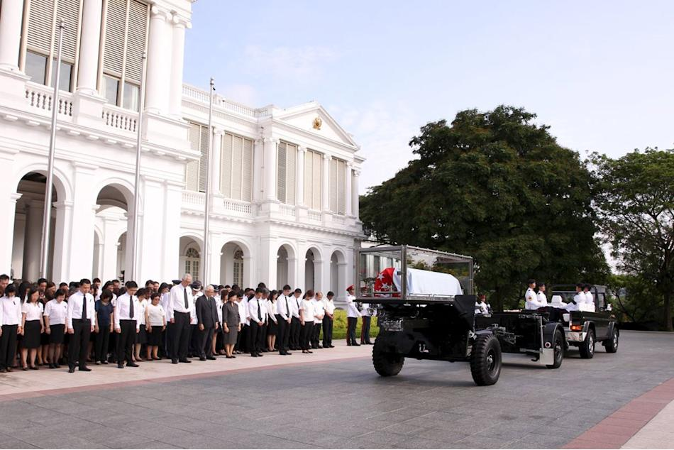 Singapore's President Tan, his wife and former PM Goh bow as the gun carriage conveying the first prime minister of Singapore Lee to the Parliament House leaves the Istana grounds in Singapore