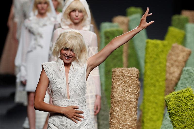 Una modelo desfila con un diseño de la colección de Teresa Helbig para Primavera/Verano 2019 en la 68 edición de la pasarela Mercedes-Benz Fashion Week Madrid, hoy en el recinto ferial de IFEMA. EFE