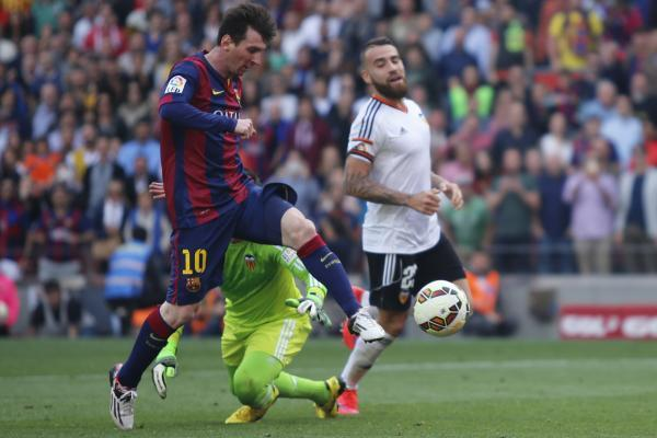 BARCELONA, April 19, 2015 (Xinhua) -- Barcelona's Lionel Messi (L) breaks through during the Spanish first division football match against Valencia in Barcelona, Spain, April 18, 2015. (Xinhua/Pau
