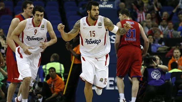 Olympiacos' Georgios Printezis (C) celebrates after scoring against CSKA Moscow during their Euroleague Final Fou