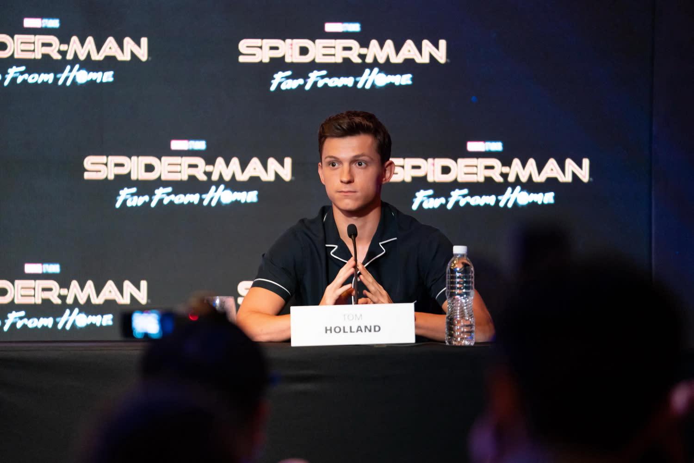 作為MCU第三階段的完結篇,《蜘蛛人:離家日》將描述在《復仇者聯盟:終局之戰》過後,整個世界都試圖從失去鋼鐵人的沉重悲痛中復原,而其中當然也不乏鋼鐵人的獨門弟子蜘蛛人。談到蜘蛛人是否會成為下一位鋼鐵人時,湯姆霍蘭德首先是感謝大家對他有如此高的期待,緊接著嚴肅表示:「蜘蛛人不會成為下一個鋼鐵人,因為這世界只有一個鋼鐵人,而那個人就是小勞勃道尼。」