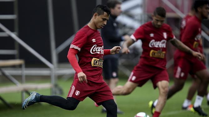 Joshimar Yotun attends a soccer training session in Lima