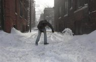 A Detroit resident shovels the snow off the alley behind the apartment building where he lives in the midtown neighborhood of Detroit, Michigan January 6, 2014. REUTERS/Rebecca Cook