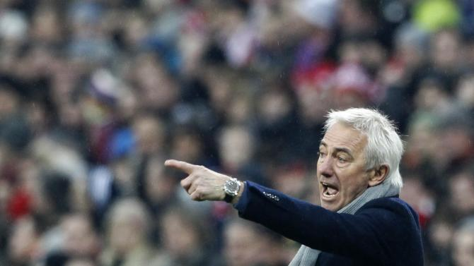 Hamburger SV's coach Marwijk reacts during German Bundesliga soccer match against Bayern Munich in Munich