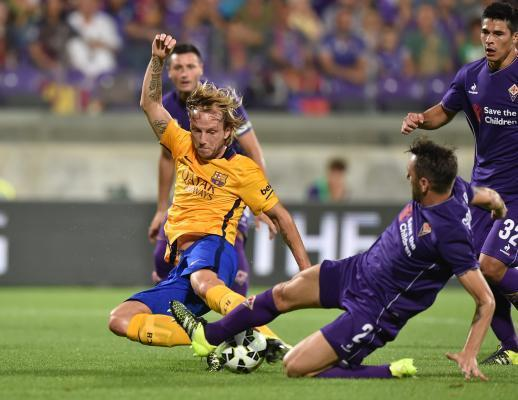 FLORENCE, Aug. 3, 2015 (Xinhua) -- Rakitic (L) of Barcelona vies with Tomovic of Fiorentina during an International Cup friendly match in Florence, Italy, on Aug. 2, 2015. Fiorentina won 2-1. (Xinhua/