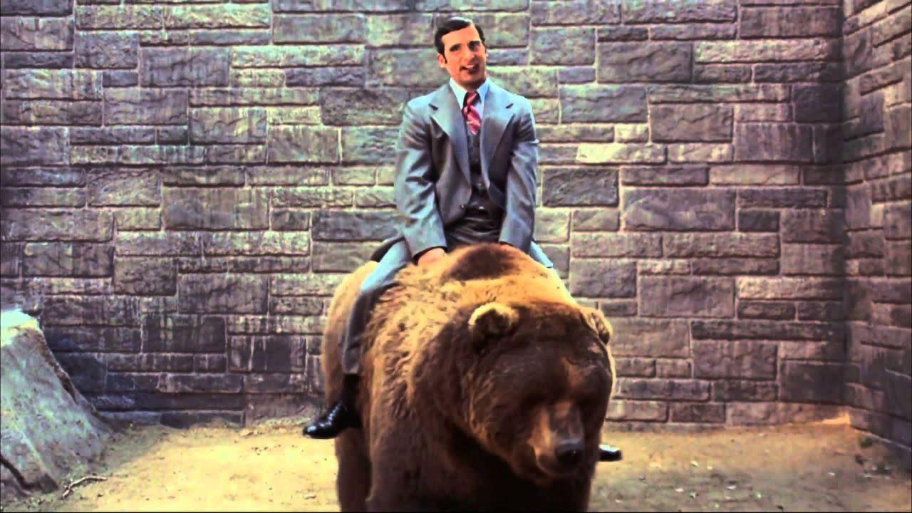 <p>《銀幕大角頭》:當他跳進聖地牙哥動物園裡的熊穴時,朗勃根地可能立刻就後悔了這個決定;但如果他沒這麼做的話,我們就會錯過新聞團隊力抗群熊的這場史詩大戰,以及布瑞克塔姆蘭(史提夫卡爾飾)坐上「毛絨絨拖拉機」的場面了。(圖:Paramount) </p>