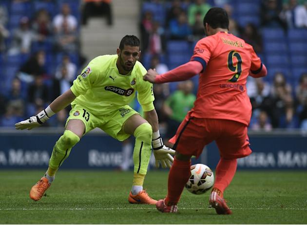 Barcelona's Uruguayan forward Luis Suarez (R) vies with Espanyol's goalkeeper Kiko Casilla (L) during the Spanish league football match in Cornella de Llobregat on April 25, 2015