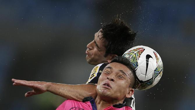 Lodeiro of Brazil's Botafogo, top, fights for the ball with Mario Alberto Pineida of Ecuador's Independiente del Valle during a Copa Libertadores soccer match in Rio de Janeiro, Brazil, Tuesday, March 18, 2014