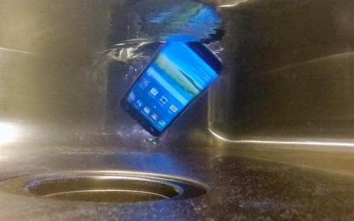 Here's What to Do When You Drop Your Smartphone in Water
