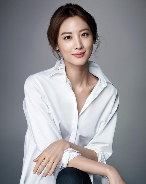 CLAUDIA KIM Named Face of Bobbi Brown in Asia