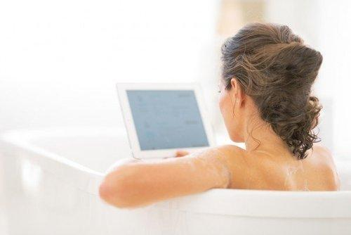 Kobo's Aura H2O e-Reader Finally Brings eBooks to the Bathtub