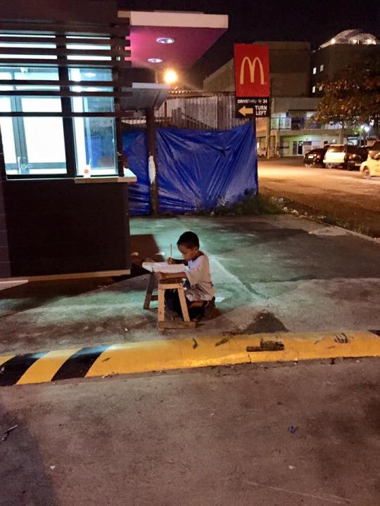 This little boy studying outside of a McDonald's has the Internet buzzing. (Photo: Joyce Gilos Torrefranca/Facebook)  Two photos of a boy doing his homework under the light of a McDonald's in the Philippines have gone viral and inspired an outpouring of donations and support for the third-grader's struggling family.