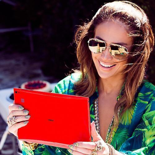 Jennifer Lopez using Nokia Lumia 2520