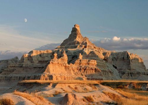 #Daydream #Flickr of the Day: The Moon Rises Over the Badlands of South Dakota