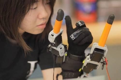 MIT's Robot Glove Provides Wearers with Two Extra Fingers