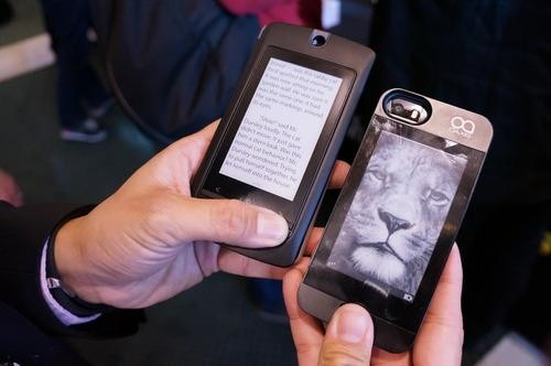 Turn Your Smartphone into an e-Reader with This Case