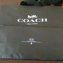 Coach New York手提紙袋/表面多有使用摺痕與灰塵/底部邊角有一小破洞/約7成新/尺寸約 40x33x16 公