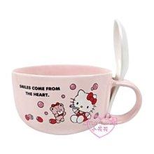 ♥小花花日本精品♥HelloKitty坐姿吹泡泡草莓造型湯杯附湯匙400ML陶瓷杯泡麵杯11198406