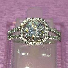 純銀鍍18K白金仿真鑽戒女 情侶對戒 鑽石結婚戒指飾品 可訂莫桑媲美真鑽肉眼難辨戒指1.5克拉主鑽圍碎鑽極光高碳鑽石十心十箭真鑽鉑金質感特價定制大牌莫桑鑽鑽寶