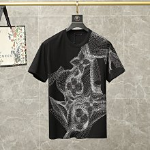 LV 新款 花奔印花短袖T恤 舒適好舒服 質感柔糯 特殊設計難得一見 顏色:黑色 白色 S-M-L-XL-XXL