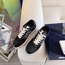 CD Walk'n'Dior 休閒鞋 運動鞋以深藍色 Dior Oblique 科技針織布料製作,綴以同色系小牛皮鑲片,橡膠鞋底和鞋帶飾有標誌,散發雋永風格。