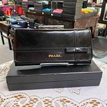 美麗堡Outlet精品 Prada 1M1132  亮面皮革 金字 十字小蝴蝶 黑色 【現貨】
