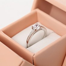 【美國頂級ILG鑽】情人節禮物女朋友最愛鑽戒-主鑽約65分純銀電鍍白K八心八箭鑽石戒指RI107