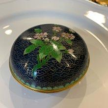 早期收藏-景泰藍 銅胎掐絲琺瑯 藍地卷雲梅花粉盒 首飾盒 中國70~80年代中國出口創匯
