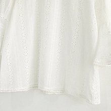 Jomi日系 浪漫氣質 微甜清新圓領鏤空刺繡花朵喇叭袖襯衫 【JA18-705321】現貨~限時促銷