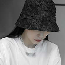 ►DR.DESIGN│DR32599-春夏 薄款 皺褶 壓花 百搭 漁夫帽 造型遮陽帽 黑/白