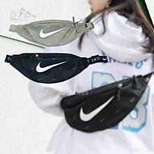 【Dr.Shoes】Nike SWOOSH 滿版 小LOGO 臀包 斜背包 腰包 隨身包 DC7343-010 320