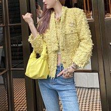 Chanel 經典毛呢外套 大推款 可以從年輕穿到老奶奶的單品,香奈兒出品外套是可以穿一輩子都好氣質的,溫暖溫柔的鵝黃色搭配金色紐扣又氣質又漂亮經典🌟