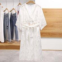 【木風小舖】女神款.V領蕾絲拼接 滿版刺繡 和服式寬袖綁帶雪紡洋裝*白