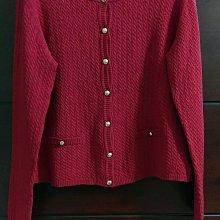 (冬出清)日製 英國品牌 DAKS LONDON 暗紅色前開釦針織衫小外套。小口袋麻花紋針織配金色商標釦。尺寸42碼 迪奧  Burberry MsGracy