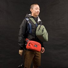 【eWhat 億華】 Crumpler 澳洲小野人斜背相機包 SEBANG Outpost 3種背法 1機2鏡+小筆電 橘紅色(L)~2