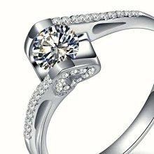 莫桑鑽寶一克拉求婚戒指鑽戒圓夢鑽石925銀包厚白金高碳鑽媲美真鑽肉眼難辨 百年經典天使之吻微鑲鉑金質感 十心十箭極光仿真