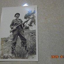 早期懷舊醫官拿步槍在金門6*8公分黑白照片1張*牛哥哥二手藏書