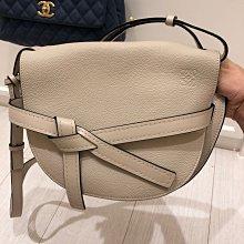 優雅幹練與氣質集結於一身的Loewe gate small bag(已售)
