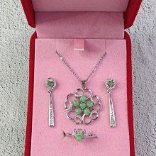 典雅粲花翡翠銀飾組(F)──包含耳環/耳針、項鍊、戒指。925銀材質。