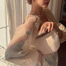 韓國💕2色 天絲料 手工小花刺繡舒適絲質上衣(白/杏)🌸杏現貨